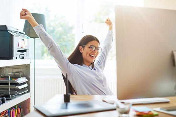 Mujer exitosa luego de aplicar las 6 claves del éxito para el e-commerce